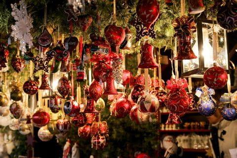 Stand auf dem Weihnachtsmarkt, Christbaum-Kugeln