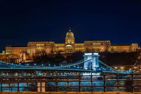 Budapest, Stadtteil Buda, Blick auf den Burgberg bei Nacht