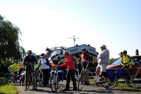 Radfahrer vor der MS GANDALF