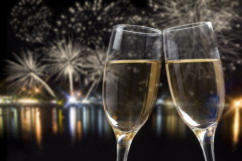 Das neue Jahr mit Champagner und Feuerwerk feiern
