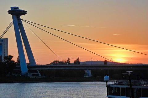 Brücke des Slowakischen Nationalaufstandes mit dem UFO Observation Deck