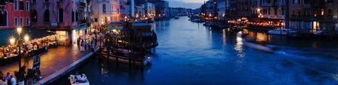 Blick von der Rialto-Brücke auf das nächtliche Venedig